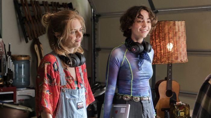 Samara Weaving dan Brigette Lundy-Paine dalam Bill & Ted Face the Music (2020).