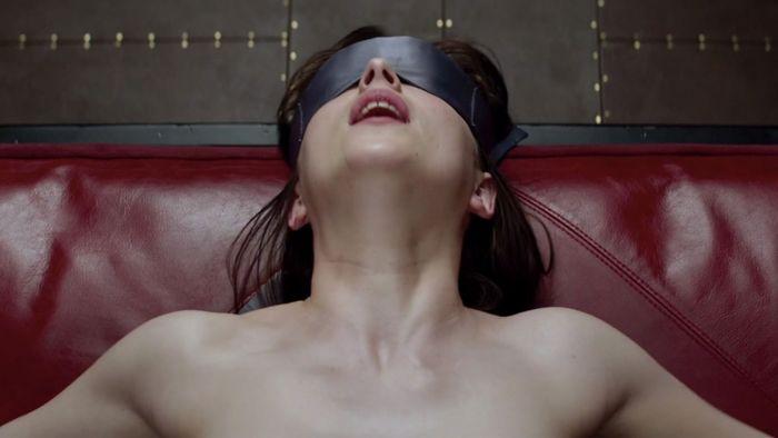 Dakota Johnson dalam Fifty Shades of Grey.