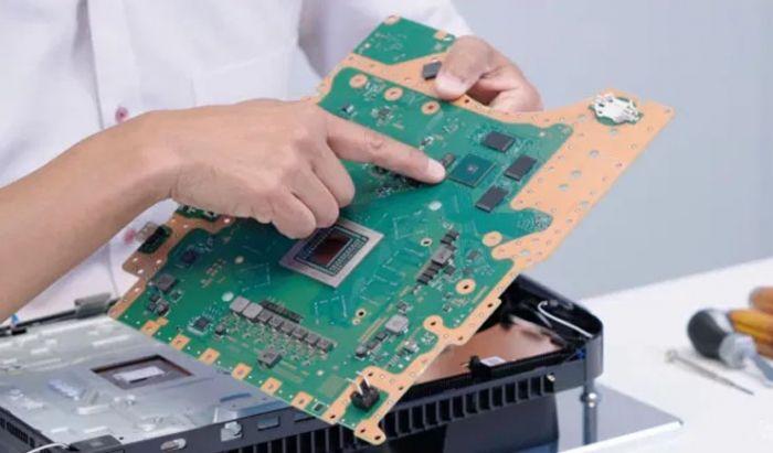 Mesin PS5, terlihat jika PCB dari sang konsol kelihatan sangat tipis dan ramping.