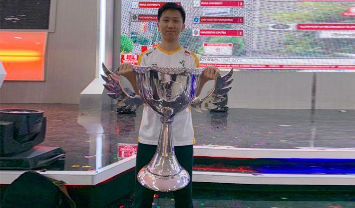 Momen juara James pada turnamen publik.
