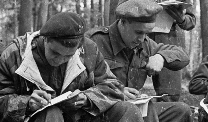 Ilustrasi prajurit menulis surat.