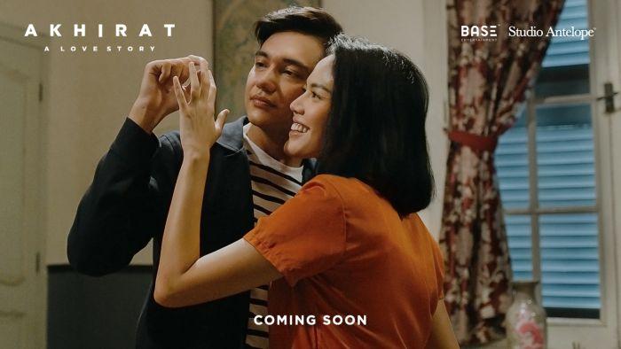 First Look Film Akhirat A Love Story Rilis, Hadirkan Kemesraan Adipati Dolken dan Della Dartyan.