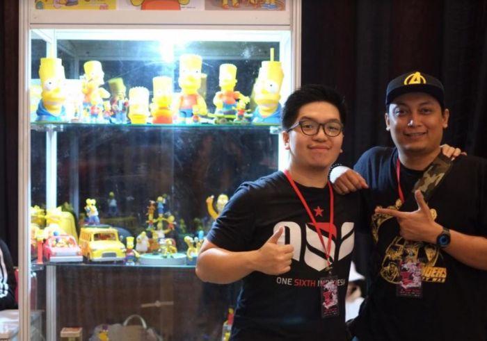 Fadly (kiri), Wakil Komunitas The Simpsons Indonesia.