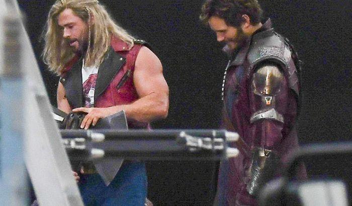 Duo Chris Pakai Kostum Terbaru di Lokasi Syuting Thor: Love and Thunder