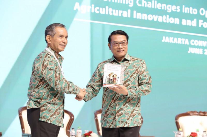 Mayjen Winston Pardamean Simanjuntak selaku Ketua Panitia Pelaksana ASAFF 2018 dan Ketua Umum HKTI Jenderal TNI (Purn) Dr. Moedoko di pembukaan Konferensi ASAFF 2018 (dok/M-News)