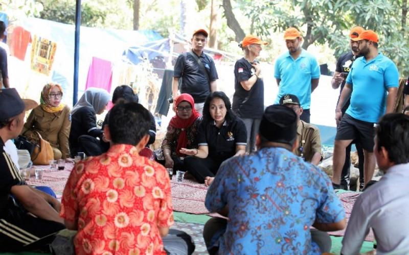 Bintang Puspayoga, Penasehat Dharma Wanita Persatuan (DWP) Kemenkop dan UKM saat mengunjungi lokasi pengungsi di Desa Kayangan, Lombok Utara, NTB, Selasa (21/8/18).. Foto: (doc/KemenkopUKM)