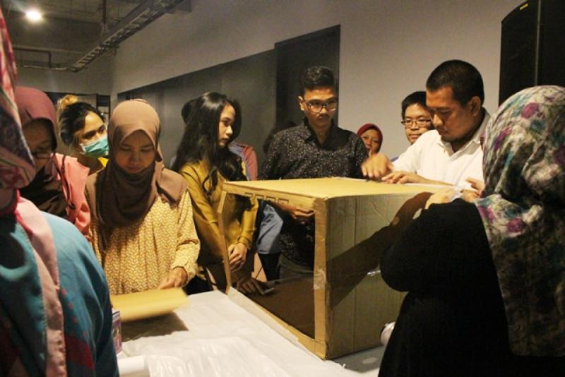 Peserta Kelas Komunitas Sahabat UMKM dan Shopee belajar membuat Light Box. Foto: (doc/MNEWS)