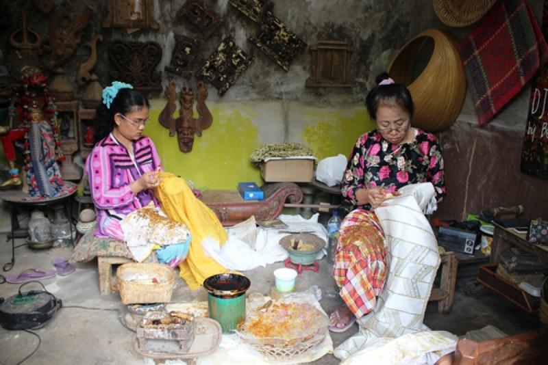 Pembatik di Workshop Djawa Arts & Crafts, Pasar Minggu, Jakarta. Foto: (doc/MNEWS)