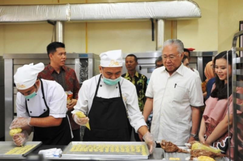 Mendag Enggartiasto Lukita meninjau pabrik OMO! Healthy Snack di Yogyakarta, Kamis, (27/12/2018). Foto: Kemendag.