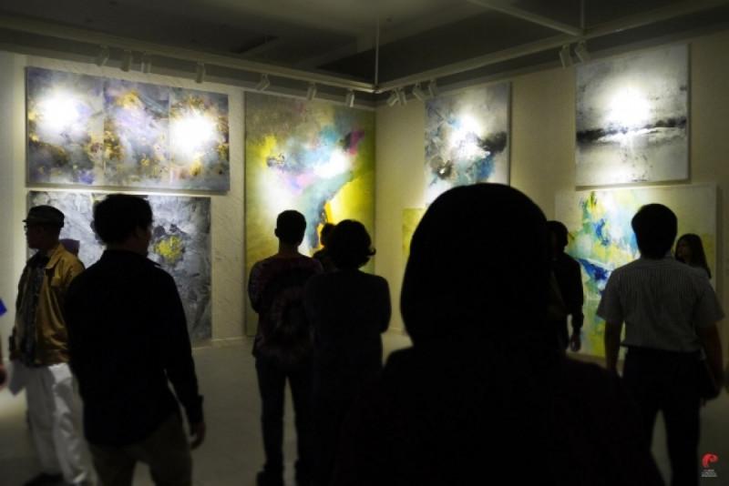 Pengunjung Galeri Nasional Indonesia mengapresiasi karya-karya Baron Basuning di Pameran Noor. Foto: Dok. GNI-Jatiari.