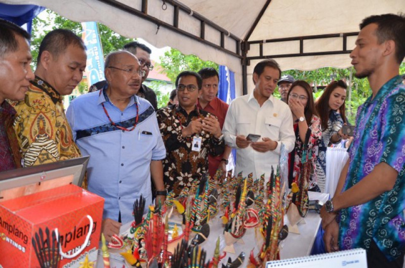 Tim Kunjungan Kerja Spesifik Komisi VI DPR RI berinteraksi dengan pelaku UKM kerajinan suvenir di Palangka Raya, Kalteng, Kamis (24/1/2019). Foto: DPR.