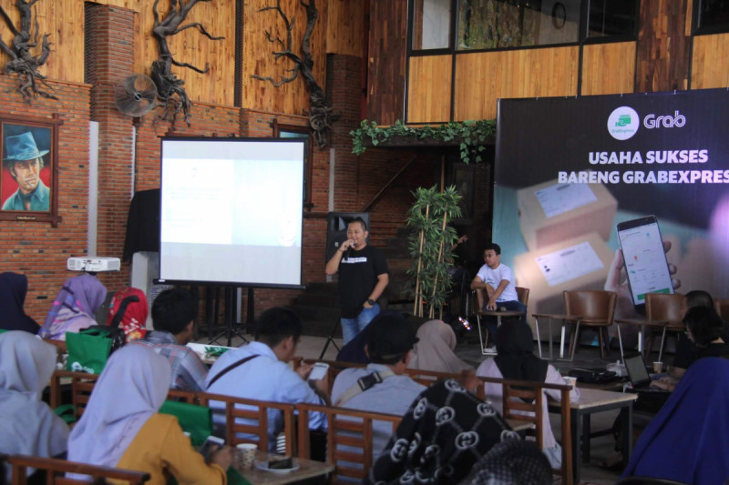 "pelatihan pemasaran digital serta fotografi produk dengan tema ""Usaha Lancar Bareng GrabExpress"" di Lampung. Foto: Grab."
