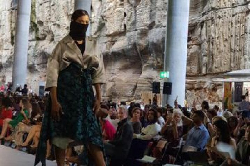 Seorang model tengah memamerkan busana dalam ajang Fashions of Multicultural Australia (FOMA) di Sydney. Foto: Tim Media KJRI Sydney