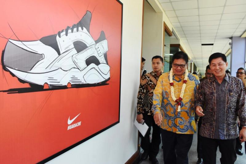 Menteri Perindustrian Airlangga Hartaro pada kunjungan kerja di PT KMK Global Sports di Cikupa, Tengerang, Banten, Jumat (15/3/2019). Foto: Kemenperin.