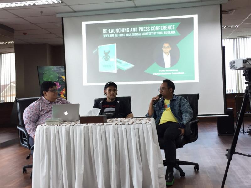 Re-Launching Buku WWW.HM karya Tuhu Nugraha bersama moderator dan pelaku usaha di Wisma Intra Asia, Jumat, (10/5/2019). Foto: MNEWS.
