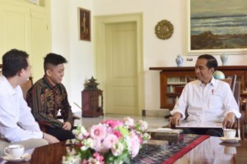 Presiden Jokowi berbincang dengan penyanyi rap asal Jakarta, Brian Rich, di Istana Kepresidenan Bogor, Jabar, Minggu (7/7) siang. (Foto: Oji/Humas Setkab RI)