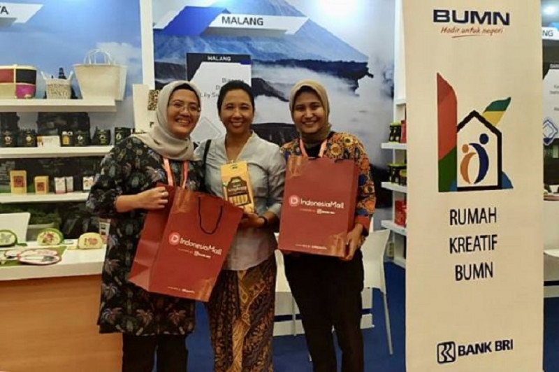 Menteri Badan Usaha Milik Negara Rini Soemarno saat memgunjungi booth Indonesia Mall yang dibangun BRI pada ajang Trade Expo Indonesia 2019 di Tangerang. (Foto: Dok BRI)