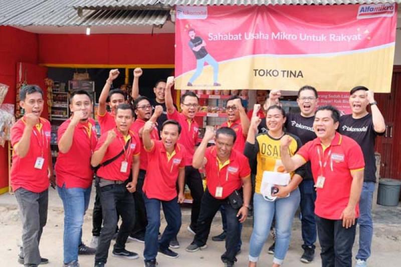 Tokomodal memberikan bantuan berupa rak display serta produk dagangan kepada dua Outlet Binaan Alfamart (OBA), yaitu warung berskala UMKM) di Anyer, Banten. (Foto: Bisnis.com)