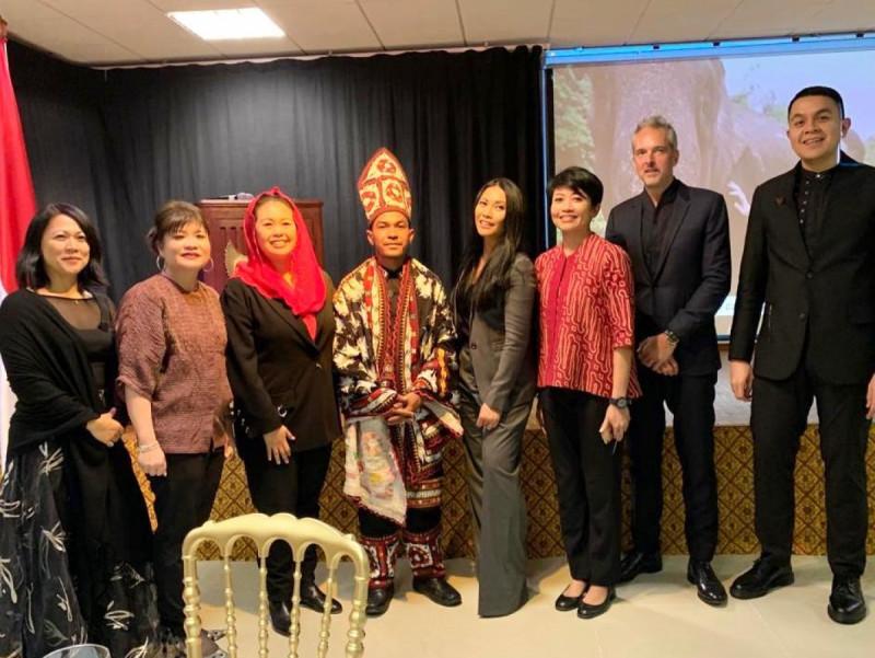 Penyanyi Anggun C Sasmi foto bareng Yenny Wahid , Shinta Kamdani, Tulus , Muslim dan tim WWF Indonesia. (Foto: KBRI Paris)
