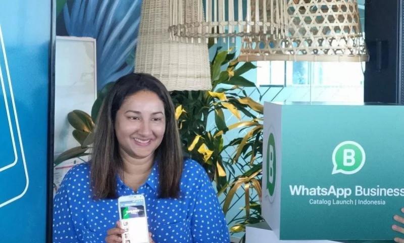 Sravanthi Dev, Direktur Komunikasi, APAC, WhatsApp saat menunjukan fitur WhatsApp Business: Katalog di Multivision Jakarta, Selasa (3/12/19). (Foto: Arnidhya Nur Zhafira)