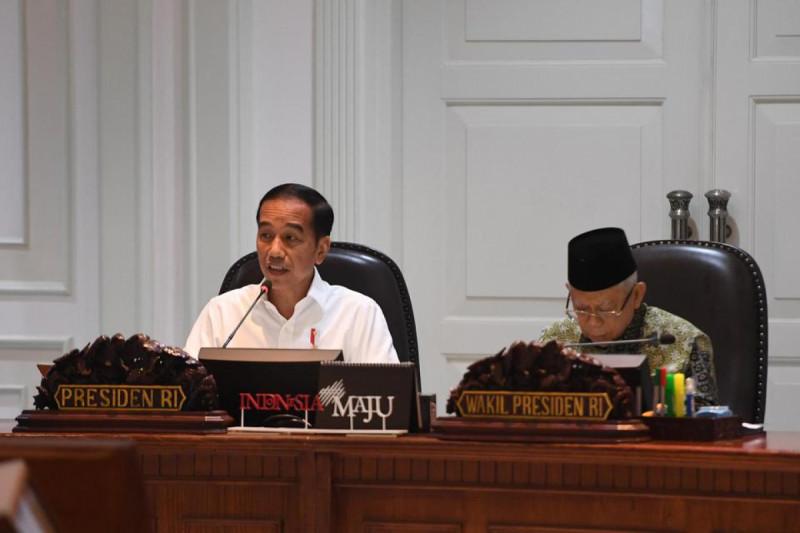 Presiden Joko Widodo (kiri) didampingi Wapres Ma'ruf Amin, memimpin rapat terbatas (ratas) di Kantor Presiden, Jakarta, Senin (9/12/19). (Foto: Akbar Nugroho Gumay)