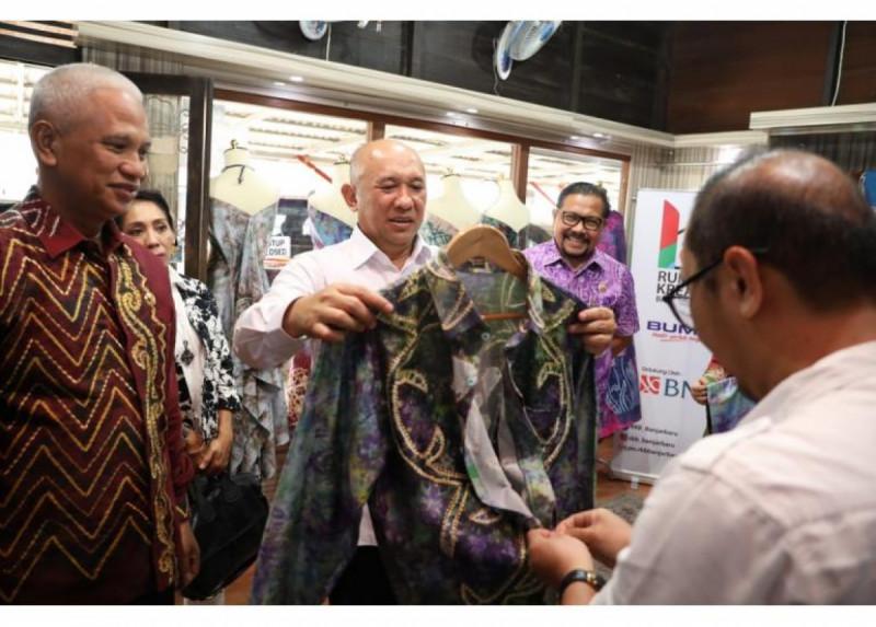 Menteri Koperasi dan UKM Teten Masduki dan produk Sasirangan Bordir NDF. (Foto: Humas Kemenkop UKM)