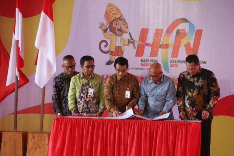 Penandatanganan Nota Kesepahaman antara Ketua PWI Atal S Depari dengan Direktur Bisnis Korporasi BNI Putrama Wahju Setyawan, di Banjarbaru, Sabtu (8/2/20). (Foto: Dok. BNI)
