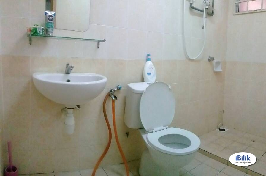 Aircon Medium Room Attach bathroom at Shah Alam, D'Kayangan Nearby AEON Section 13, Giant [WI-FI]