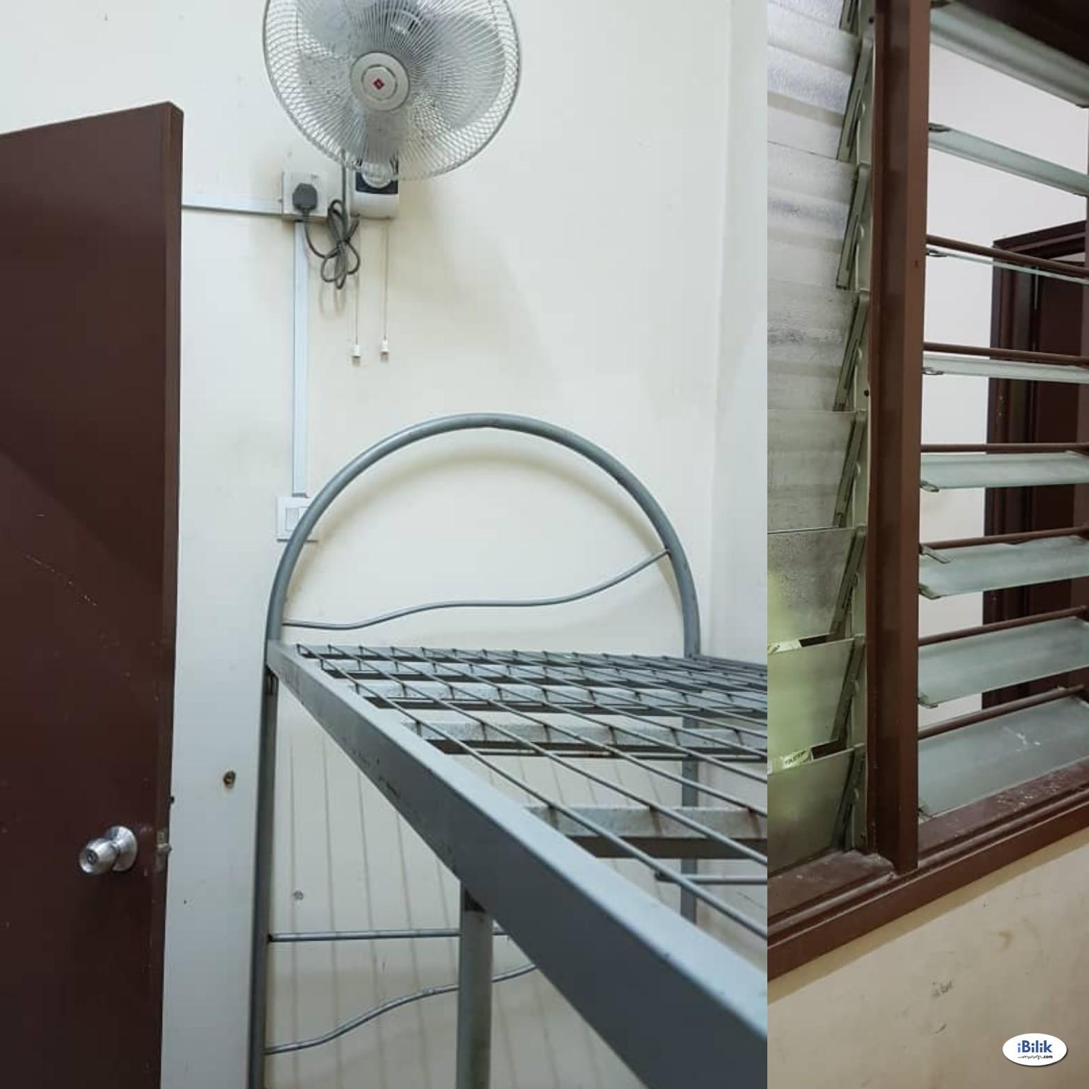 Small room w/ wall fan, Fast Wifi, Washing Machine near Taman Bahagia LRT