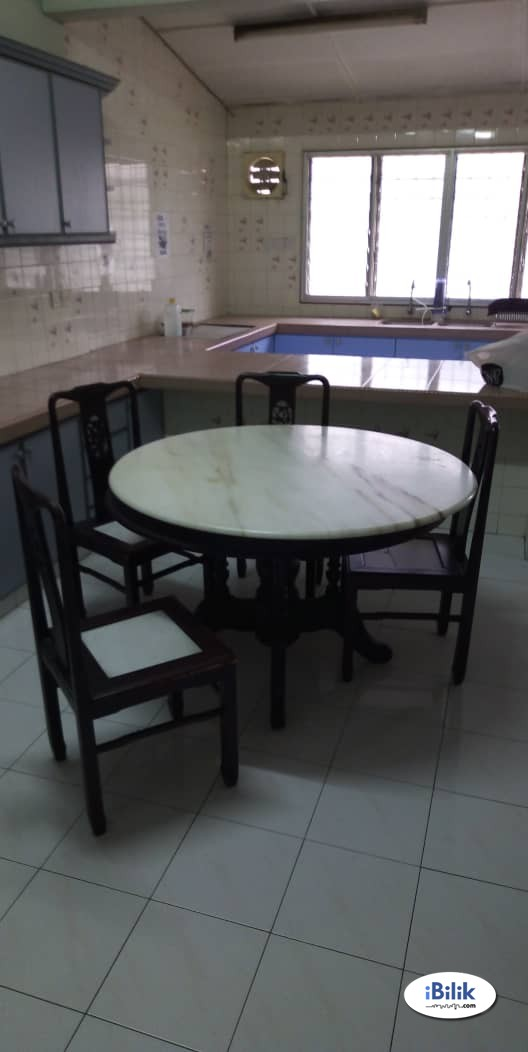 Available Middle Room Rent at SS2 , Petaling Jaya & Near LRT WITH House Cleaning & Free WIFI