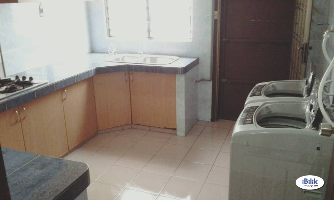 Middle Room At Section 17 Walking distance Jaya ONE, International Islamic UNI [High Speed WI-FI]