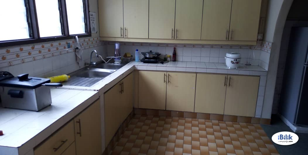 Middle Room at SS15, SUbang 5mins WALK to INTI College, Subang Square With High Speed Wifi