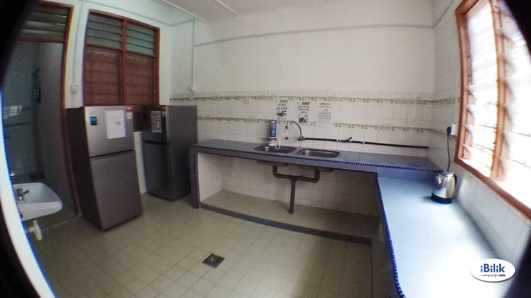 Middle Room at BU12, Bandar Utama with 100Mbps Wi-Fi & Weekly Cleaning.
