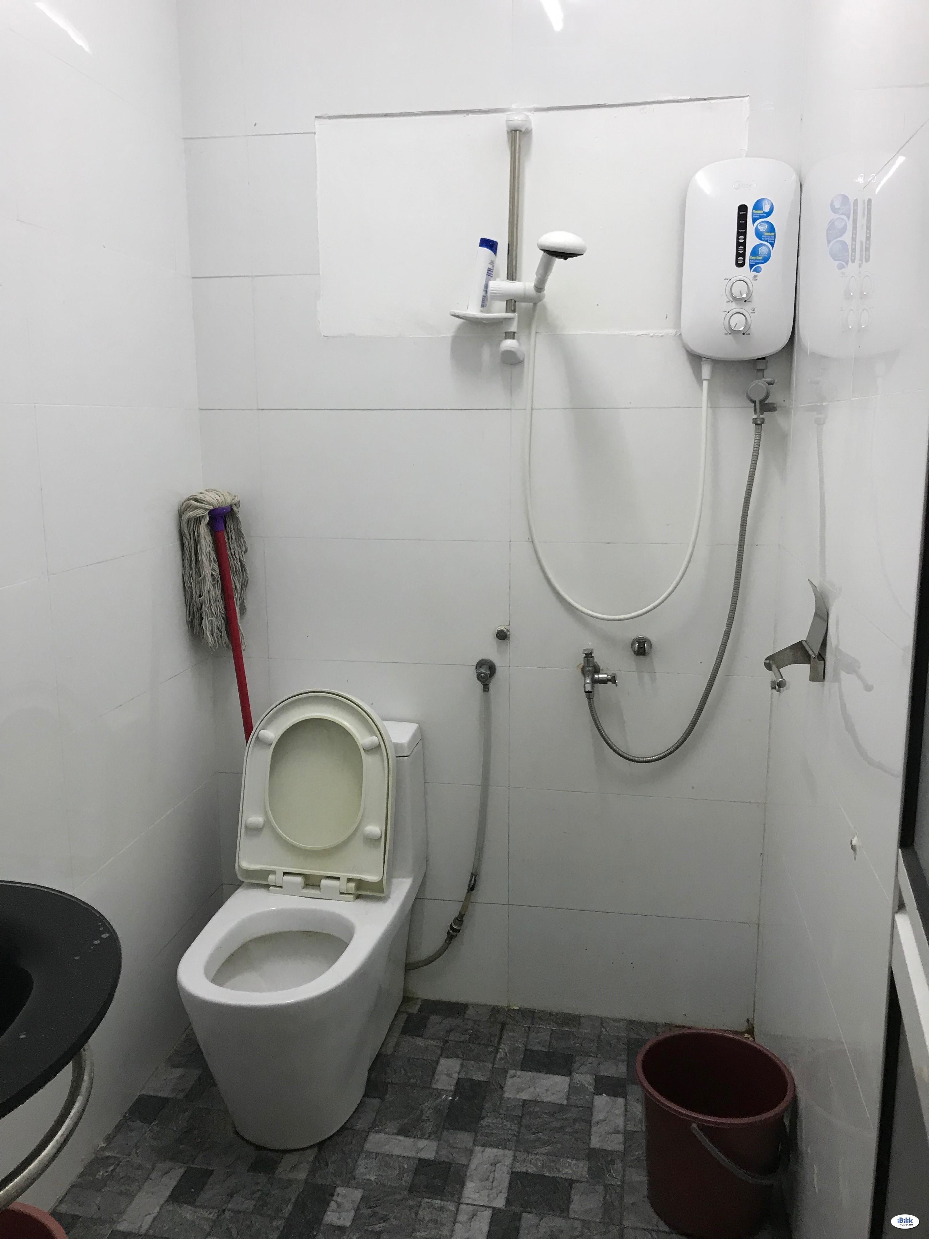 Middle Room At Kota Damansara, Petaling Jaya Walking Distance To Surian MRT STATION
