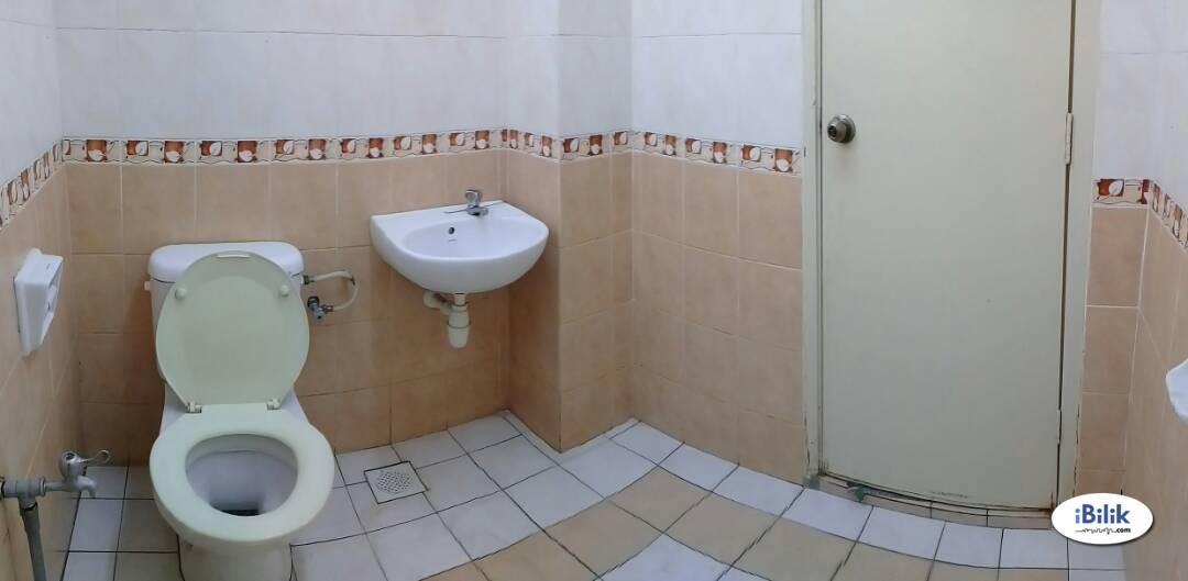 Middle Room USJ 18, UEP Subang Jaya Near USJ19 City Mall/ SkyPark @ One City with WI-FI
