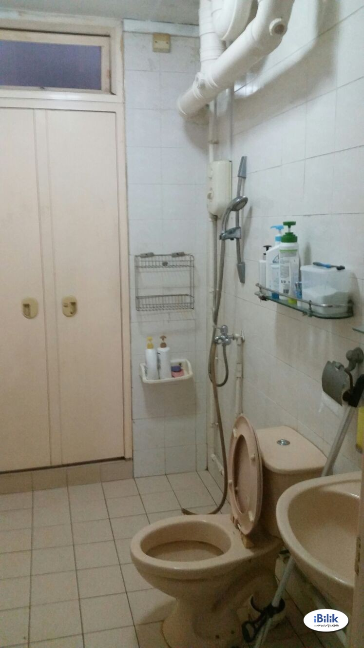 Blk 284 Jurong east Toh guan rd common room for rent for Single only