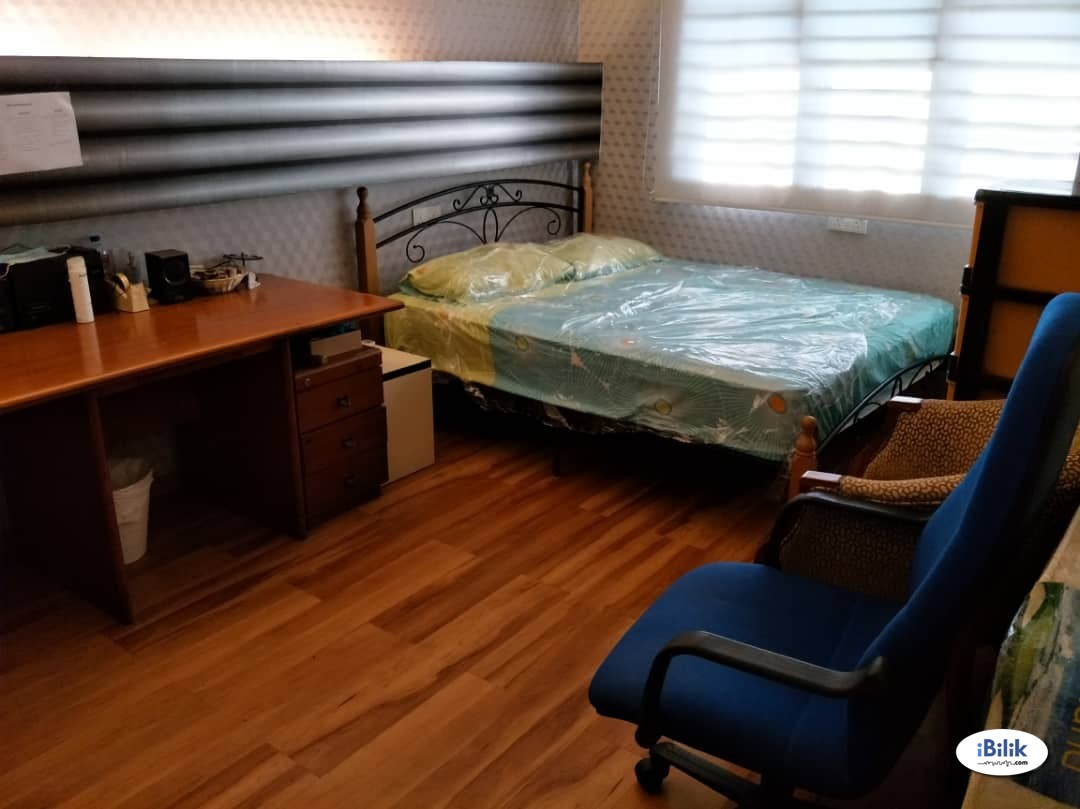 Middle Room at Taman Puncak Jalil, Bandar Putra Permai