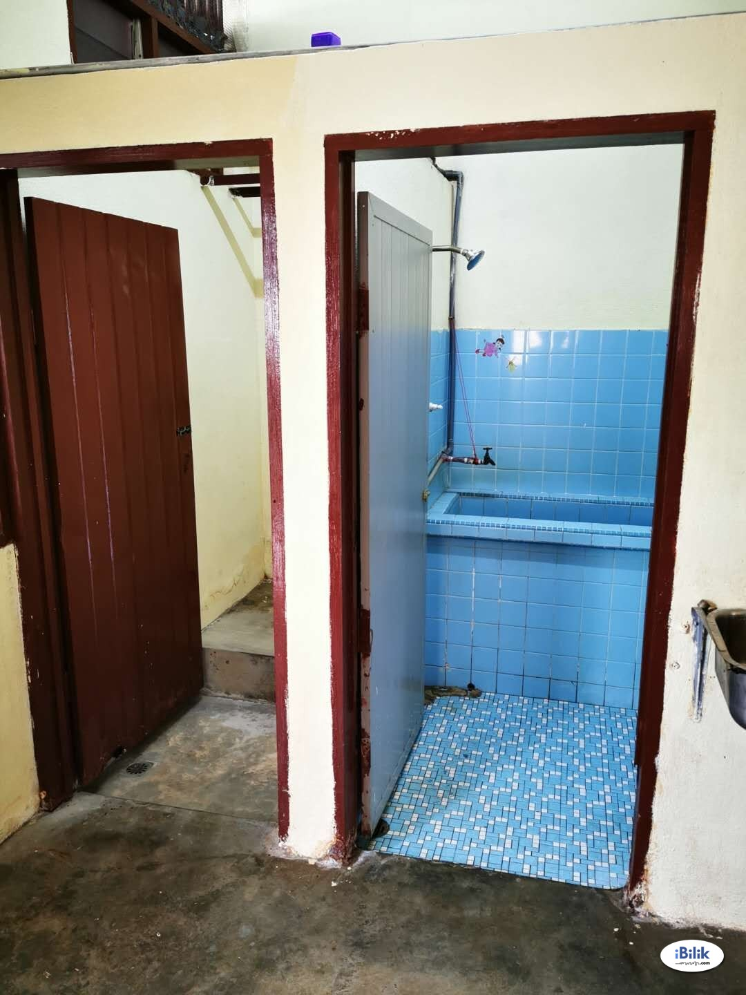 ASTON ROAD SMALL ROOM TO RENT NEAR JIT SIN HIGH SCHOOL AND BM PLAZA AVAILABLE IMMEDIATELY.