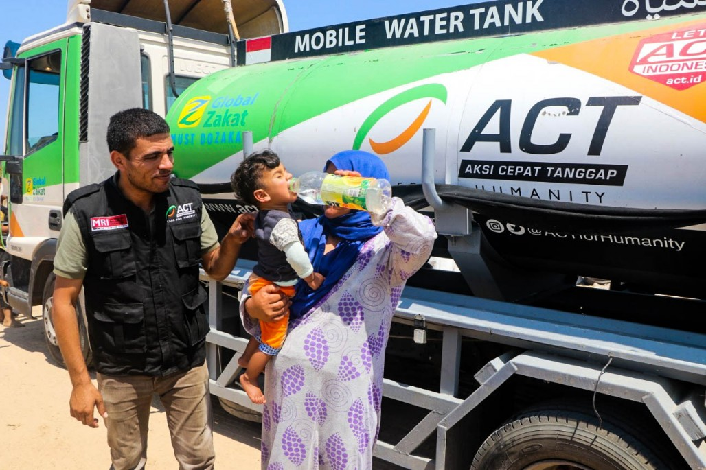 The Gazans' Happiness for Clean Water Distribution' photo
