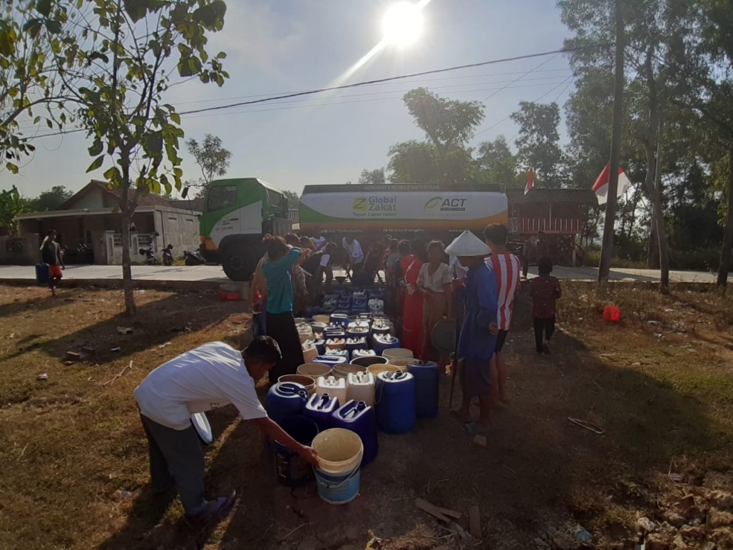 Humanity Water Tank Pasok 10 Ribu Liter Air di Cibarusah' photo