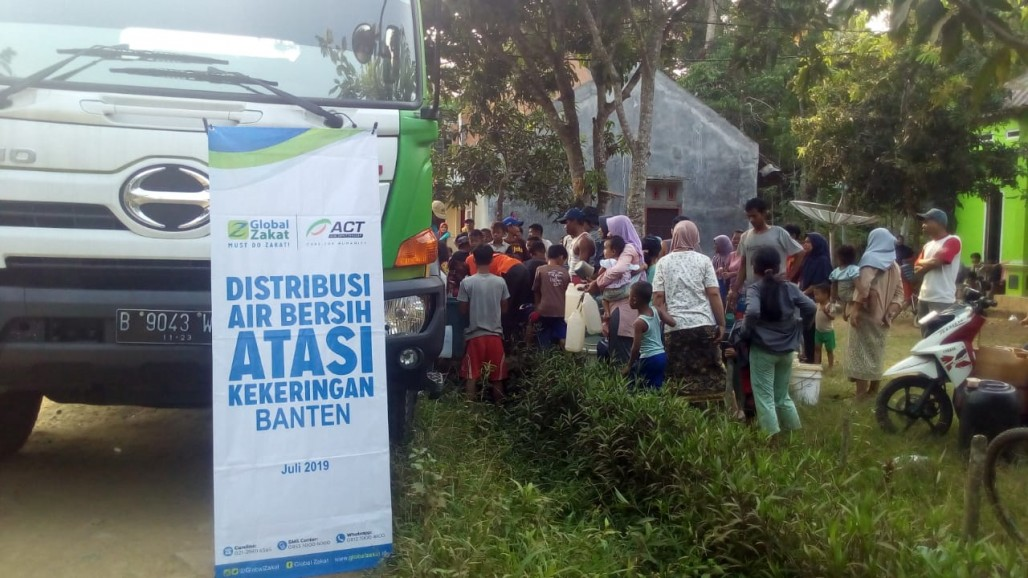 Pandeglang Residents Have No Clean, Drinkable Water' photo
