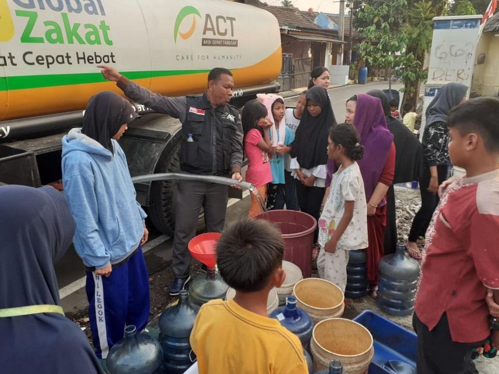 Clean Water for Residents Affected by Long Blackout' photo