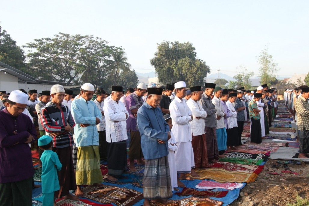 Solemn Eid Prayer on the Site of a Mosque Destroyed by Earthquake' photo
