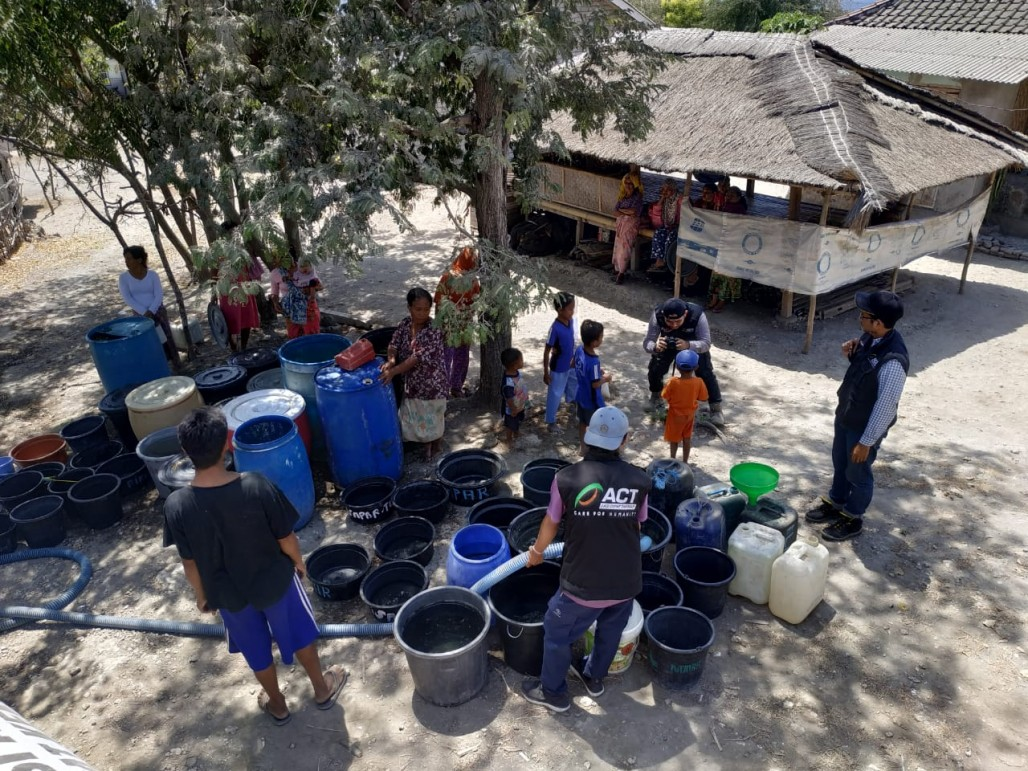 Water Crisis, East Lombok Residents Receive 105,000 Liters of Water' photo
