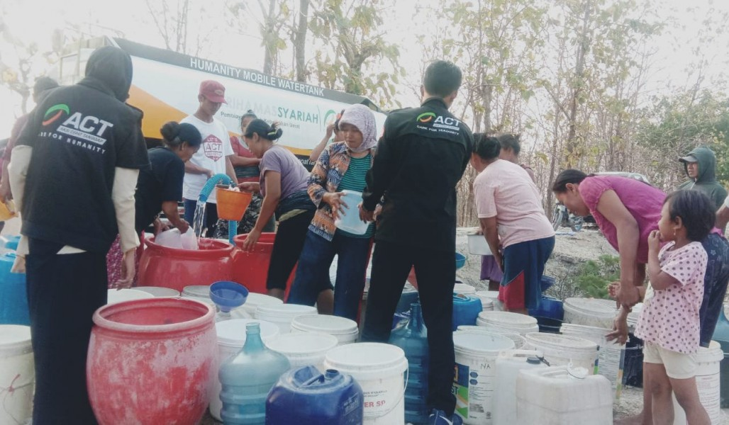 Thousands of Liters  of Clean Water to Alleviate Drought in Sragen' photo