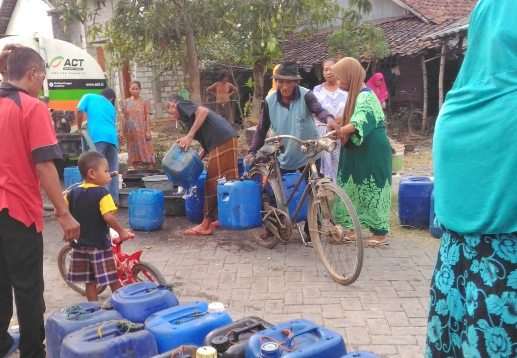 Clean Water Crisis, Residents of Gresik Rely on Clean Water Aid' photo