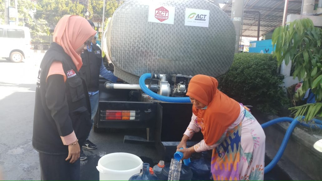 Water Shortage in Surabaya Due to Pipe Relocation' photo