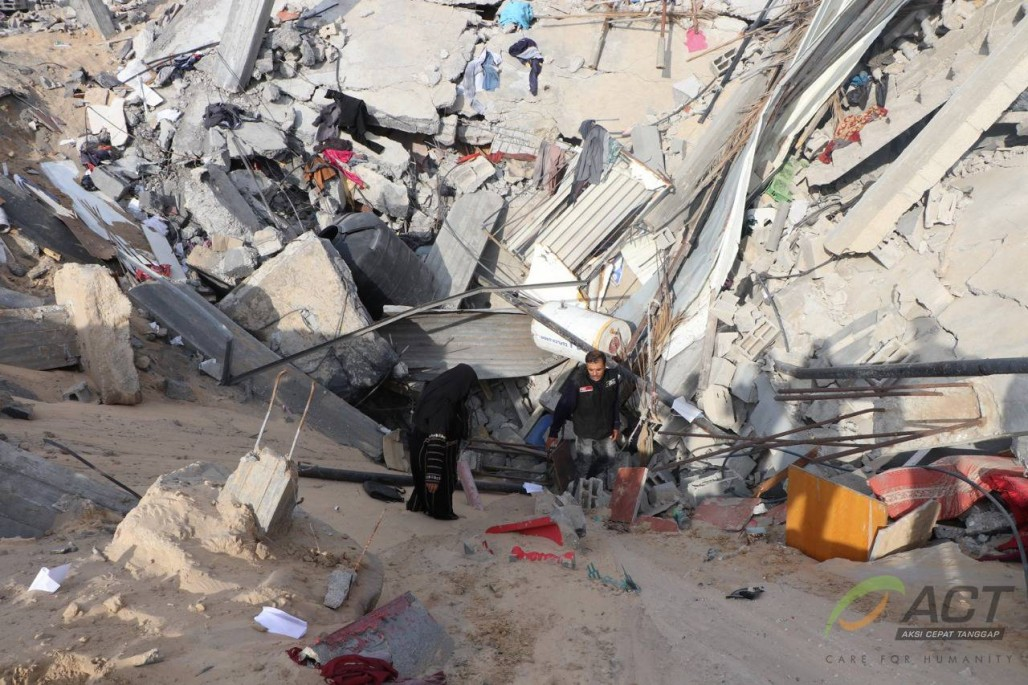 Naima's Sorrow After Israeli Missile Destroyed Her House' photo
