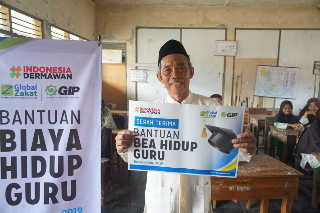 Teachers in Remote Areas of Tasikmalaya Receive Allowance' photo