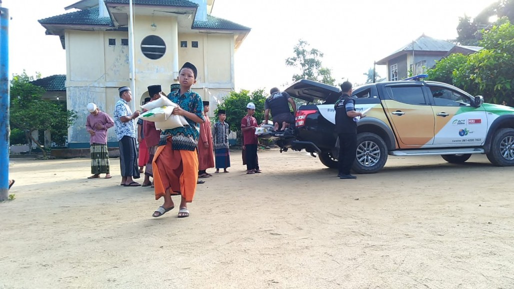 Delivering Rice to the Hinterland of Simalungun' photo